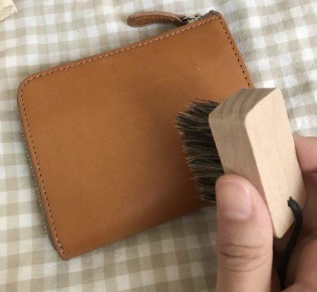 革にブラシをかける